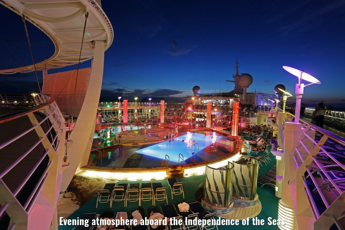 Evening atmosphere aboard the Independence of the Seas