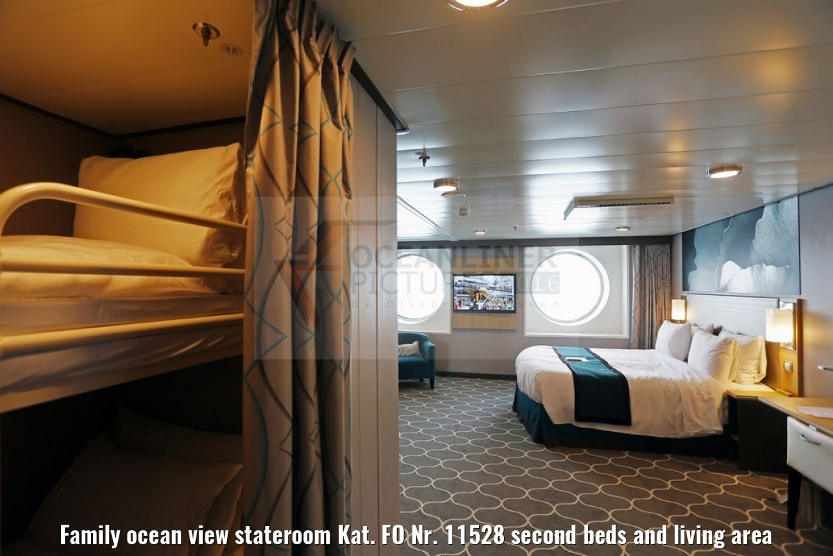 Family ocean view stateroom Kat. FO Nr. 11528 second beds and living area