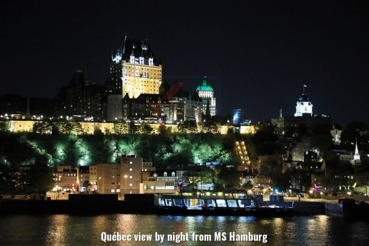 Québec view by night from MS Hamburg