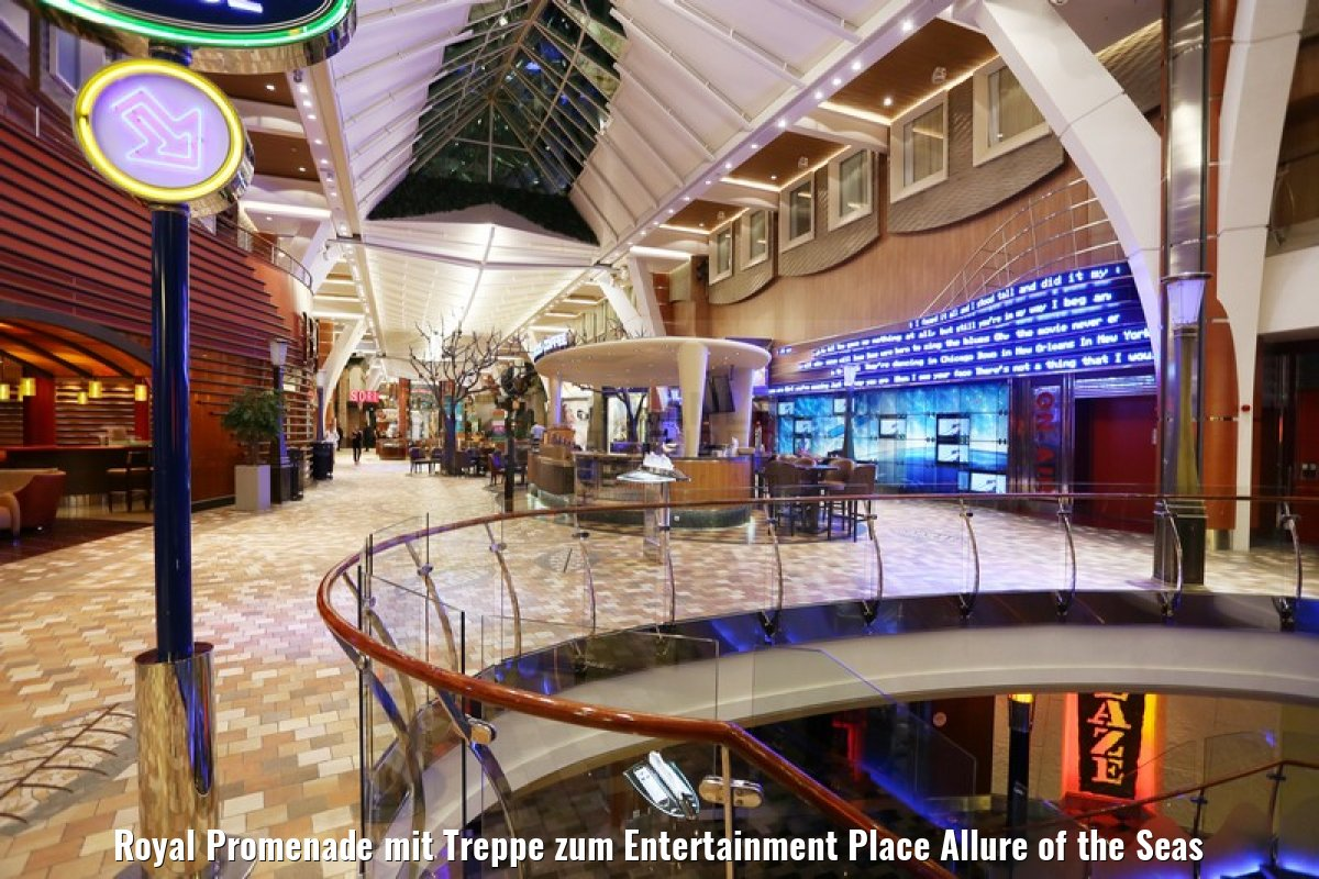 Royal Promenade mit Treppe zum Entertainment Place Allure of the Seas