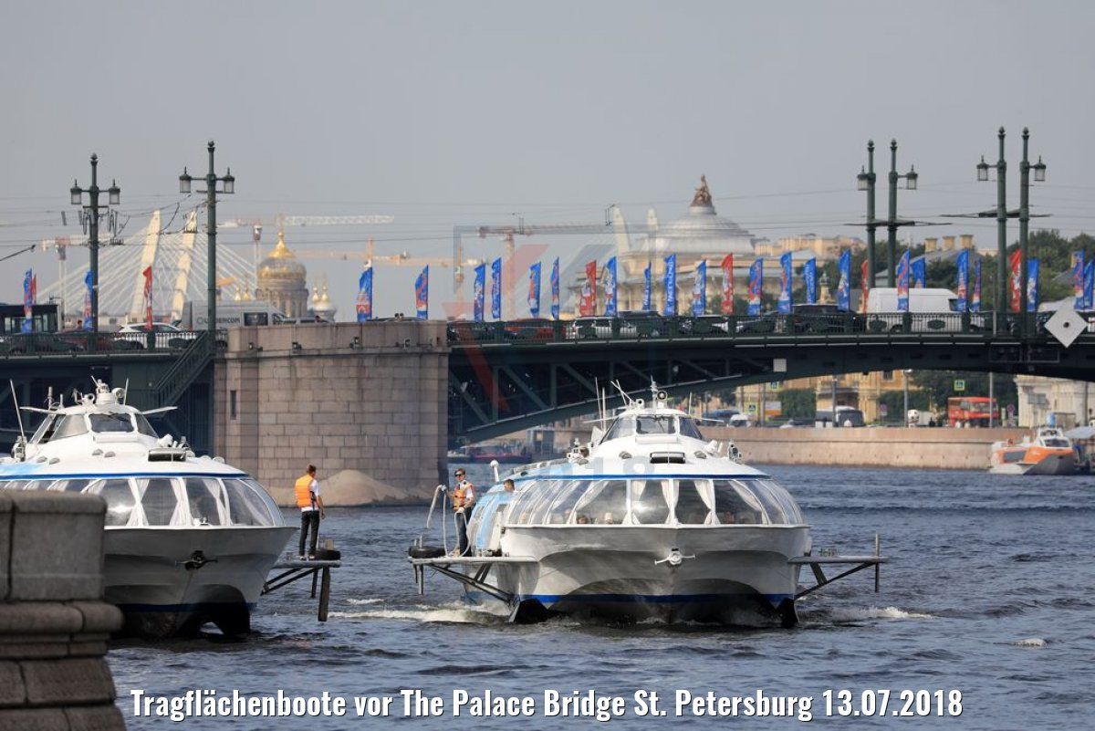 Tragflächenboote vor The Palace Bridge St. Petersburg 13.07.2018