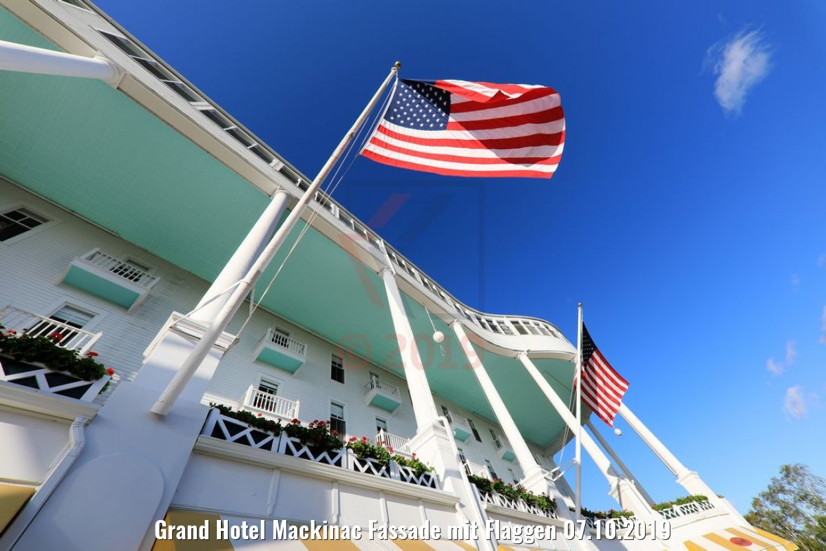 Grand Hotel Mackinac Fassade mit Flaggen 07.10.2019